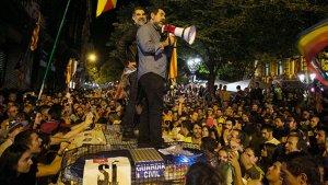 Jordi Sànchez i Jordi Cuixart, damunt la furgoneta de la Guàrdia Civil el 20-S