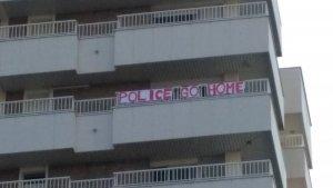 La pancarta amb la inscripció «Police go home», penjada al balcó.