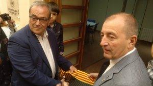 L'alcalde del municipi, Jaume Domènech, i el diputat delegat de Cultura de la Diputació de Tarragona, Joan Olivella, en el moment de la inauguració de la nova escola de música