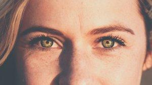 Las bolsas en los ojos se pueden reducir o eliminar con unos sencillos remedios caseros.