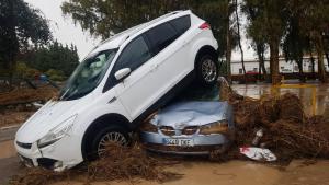Las riadas de este domingo han arrastrado y acumulado un coche encima del otro en Málaga