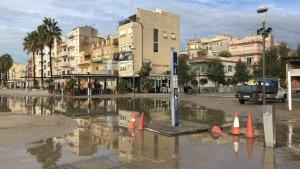 L'entrada de mar és d'allò més visible a la plaça de Josep Valls Ibern, al seu punt més proper a la platja.