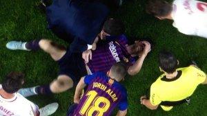 Leo Messi al terra després de caure lesionat