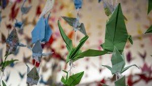 Les imatges de l'exposició amb 1.000 grues de paper