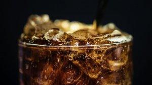 Los refrescos de cola son unas de las bebidas carbonatadas con mayor cantidad de azúcar.
