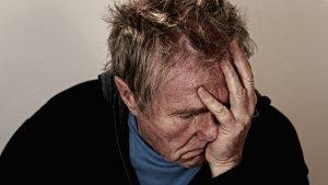 Los síntomas principales de la sinusitis suelen incluir fiebre y un fuerte dolor de cabeza.