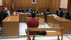 Marc, l'acusat, d'esquena abans de l'inici del judici al TSJC.