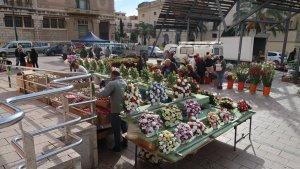 Mercat de flors per Tots Sants davant del Mercat Central de Reus 2018.