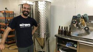 Oriol Pijuan és l'elaborador d'Estraperlo, la cervesa artesana feta a Torredembarra.