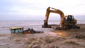 Rescaten un tractorista i un conductor atrapats per l'aigua a Salou i Cambrils