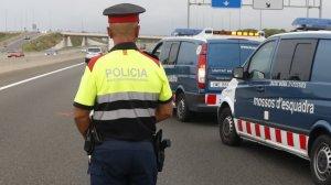 Un agent dels Mossos en un accident de trànsit a Cambrils, al Baix Camp.