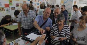 Un conjunt de ciutadans exerceixen el seu dret a vot