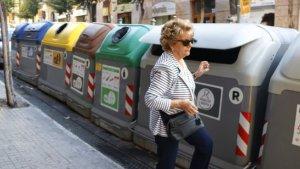 Una dona obrint un contenidor