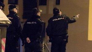 Varios agentes de la Policía Nacional en la zona acordonada