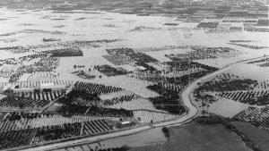 Vista panoràmica de la ciutat d'Alzira, totalment inundada i incomunicada, en una imatge del 21 d'octubre de 1982