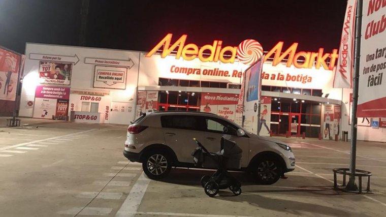 El vehicle que es va quedar tancat a l'aparcament exterior de la botiga