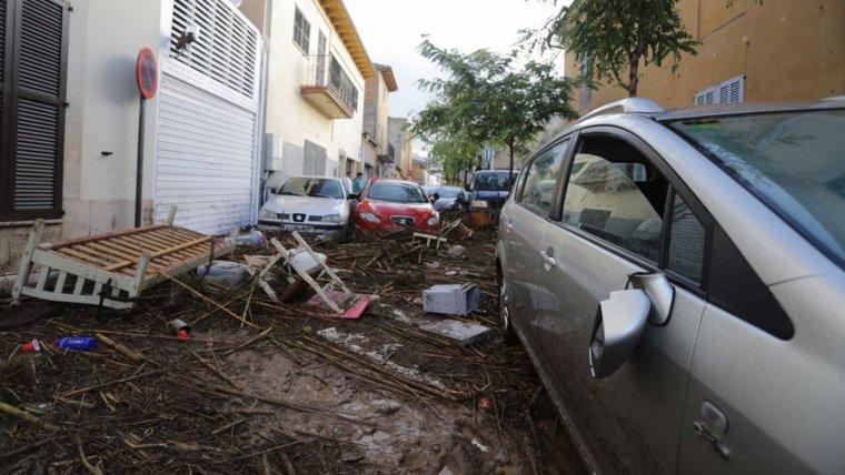 Els cotxes s'amunteguen pels carrers dels municipis afectats