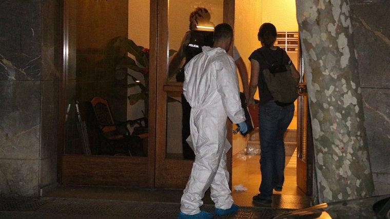 Imatge d'agents de la policia científica entrant al pis on va ser trobada la nena