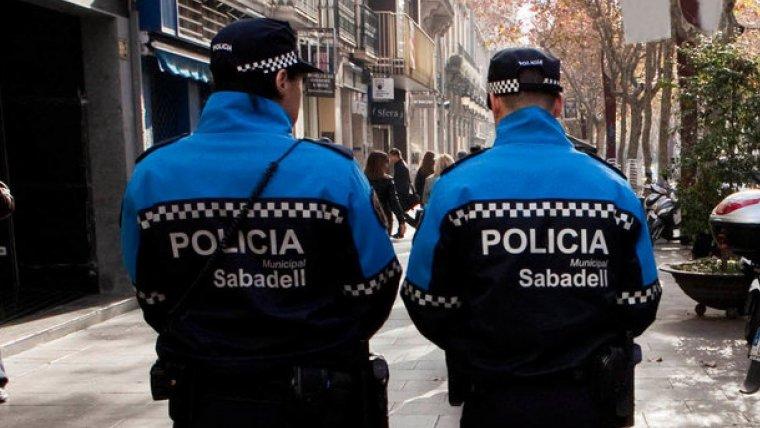 Imatge d'arxiu de dos agents de la Policia Municipal de Sabadell