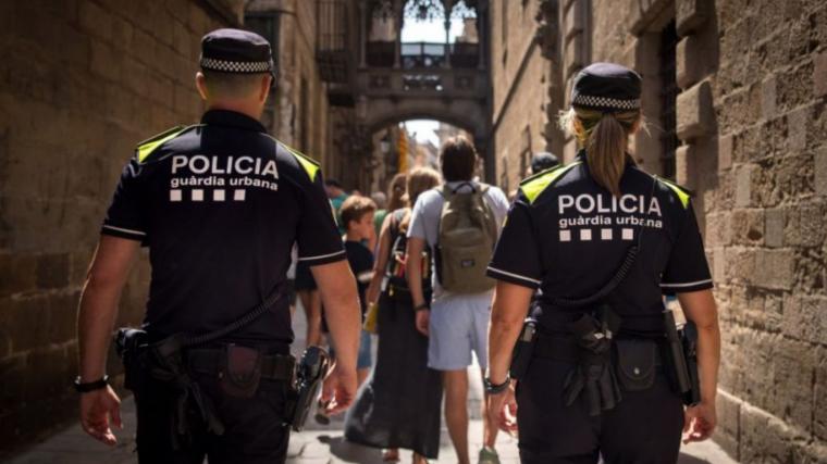 Imatge d'una patrulla de la Guà rdia Urbana de Barcelona, amb la nova uniformitat.