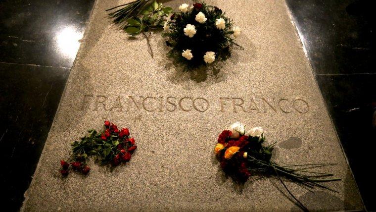 La tomba del dictador Francisco Franco, abans de ser tenyida de vermell