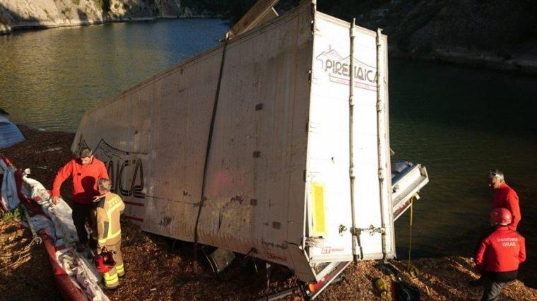 Pla general del camió que ha caigut d'un pont de 30 metres al riu Segre
