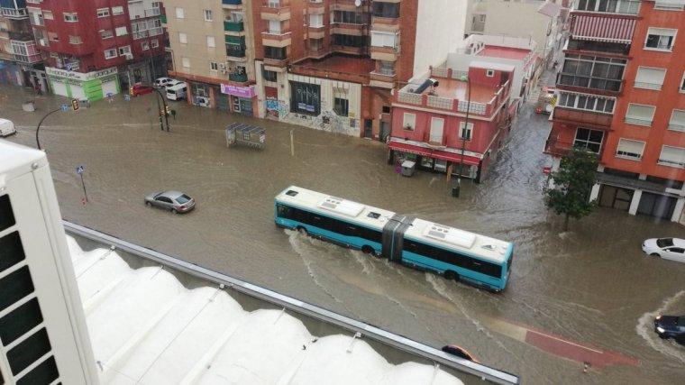 Una de las avenidas anegadas de agua en la ciudad de Málaga