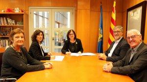 Ajuntament de Cambrils i representants de la Generalitat, avui durant la signatura del conveni