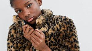 Chaqueta efecto pelo estampado leopardo de Zara, por 49,95 euros