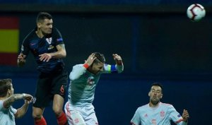 Dejan Lovren i Sergio Ramos, durant el partit entre Croàcia i Espanya a Zagreb.