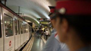 Dos agents dels Mossos d'Esquadra durant una patrulla al Metro de Barcelona