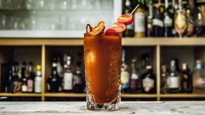 El Bloody Mary es cóctel conocido a nivel mundial que se elabora con vodka y zumo de tomate, entre otros ingredientes.