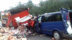 El camió i la furgoneta han quedat així després del succés
