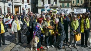 El grup impulsor dels Avis i Àvies de Reus bufa les espelmes pel primer aniversari del col·lectiu