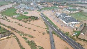 El riu Manol s'ha desbordat a la població de Vilatenim