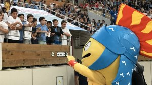 El Tarracvs saluda els nens que han assistit a l'acte de presentació de la cançó dels Jocs Mediterranis.