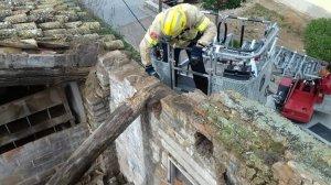 Els bombers han realitzat tasques de sanejament en un habitatge a Tortosa
