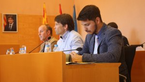Els edils de Ciutadans Torredembarra, amb el retrat de Puigdemont al fons