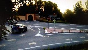 Els llaços grocs, pintats a la carretera que passa pel terme municipal del Catllar.