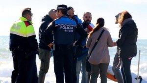 Els Mossos d'Esquadra i la Policia Local de Sitges al lloc on han trobat l'home
