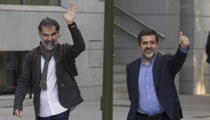 Els presidents d'Òmnium i l'ANC, Jordi Cuixart i Jordi Sànchez, arribant a l'Audiència Nacional aquest dilluns, 16 d'octubre.