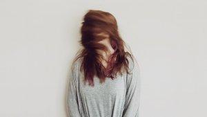 En la tricotilomanía la persona se arranca el cabello o el pelo del cuerpo de manera compulsiva.