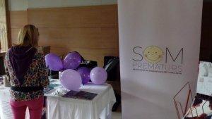 Estand amb diversos productes de l'associació «Som Prematurs» a la presentació de l'entitat
