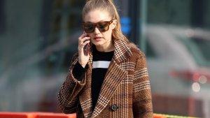 Gigi Hadid luciendo el abrigo lana de cuadros de Mango