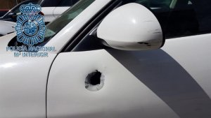 Imagen del vehículo al que el agresor disparó con la escopeta