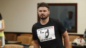 Imatge de Gabriel Rufián amb la samarreta de José Couso