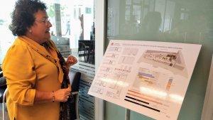 Imatge de la rectora de la URV mirant el cartell del projecte