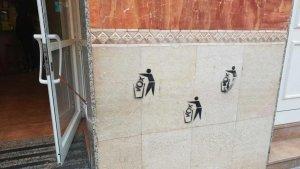 Imatge de les pintades contra Vox que han aparegut a la façana del Bar Brasería Cabrera de Bonavista.