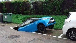 Imatge del cotxe engolit per un esvoranc a Viladecavalls