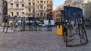 Instal·lació de l'arbre de 10 metres a la plaça del Mercadal